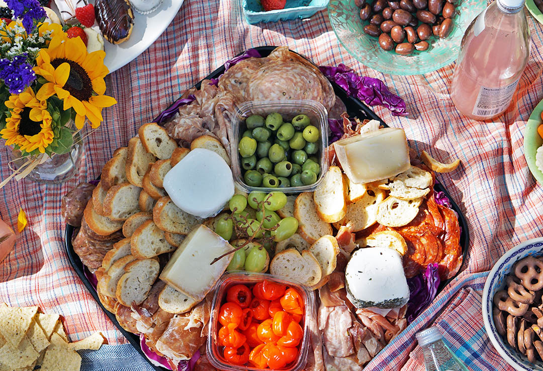 HOW TO PLAN THE PERFECT PICNIC SETTING - You Must Love Life